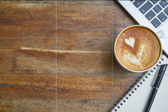Holztisch mit Kaffee und Laptop
